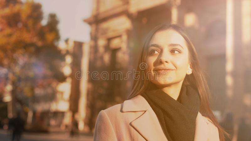Turista inspirado novo que anda na cidade bonita, apreciando sightseeing, viagem fotos de stock