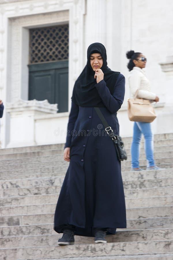 Turista islamico a Roma Cultura musulmana, hijab fotografie stock libere da diritti
