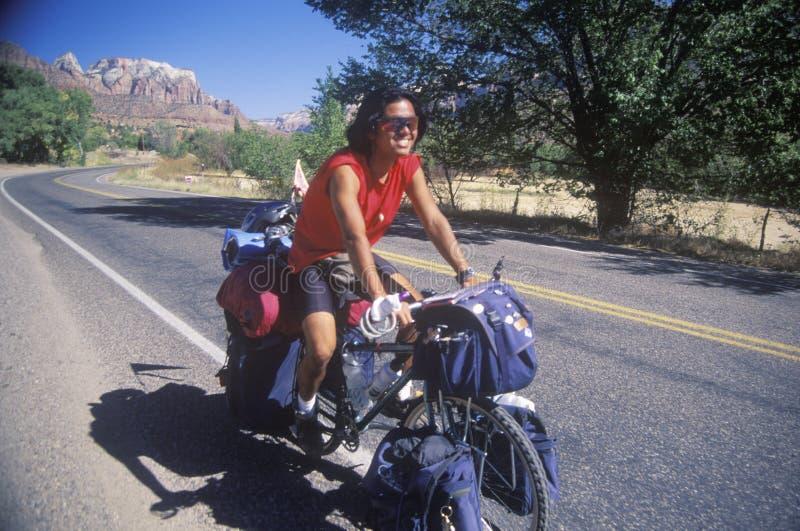 Turista japonês masculino que bicycling em Zion National Park, Utá fotografia de stock