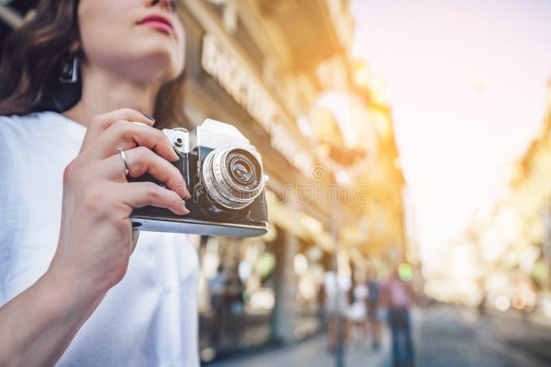 Turista joven con una cámara retra fotografía de archivo