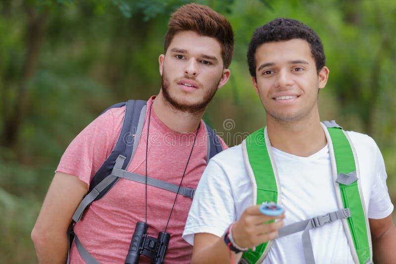 Turista joven dos determinar el mapa y el comp?s de ruta fotografía de archivo libre de regalías