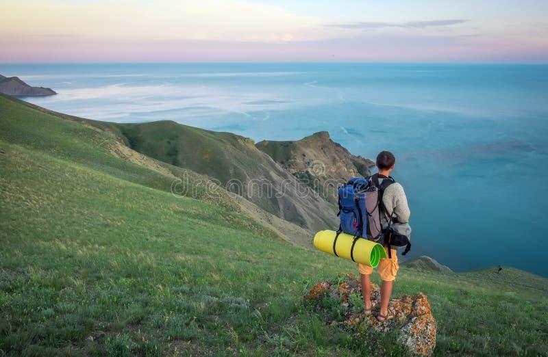 Turista joven encima de una monta?a imagen de archivo