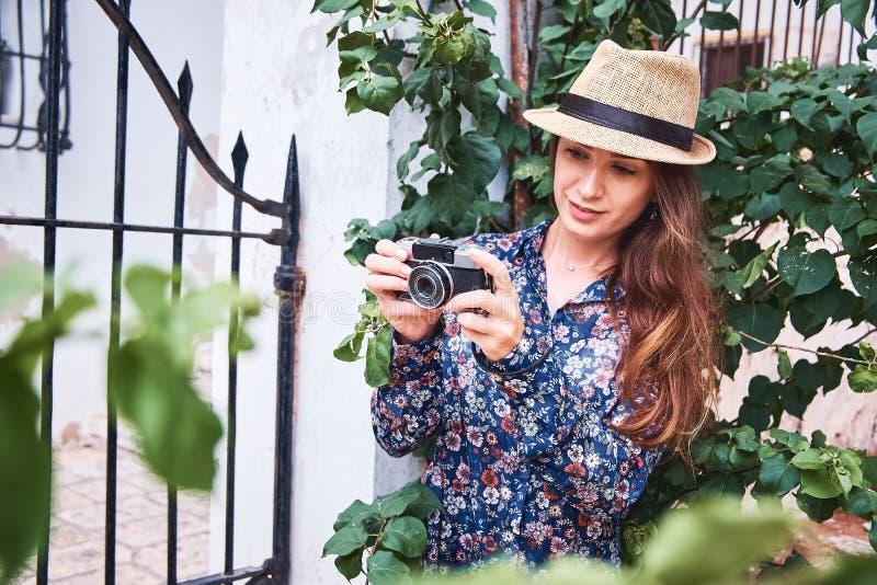 Turista joven hermoso que toma las fotos imagen de archivo