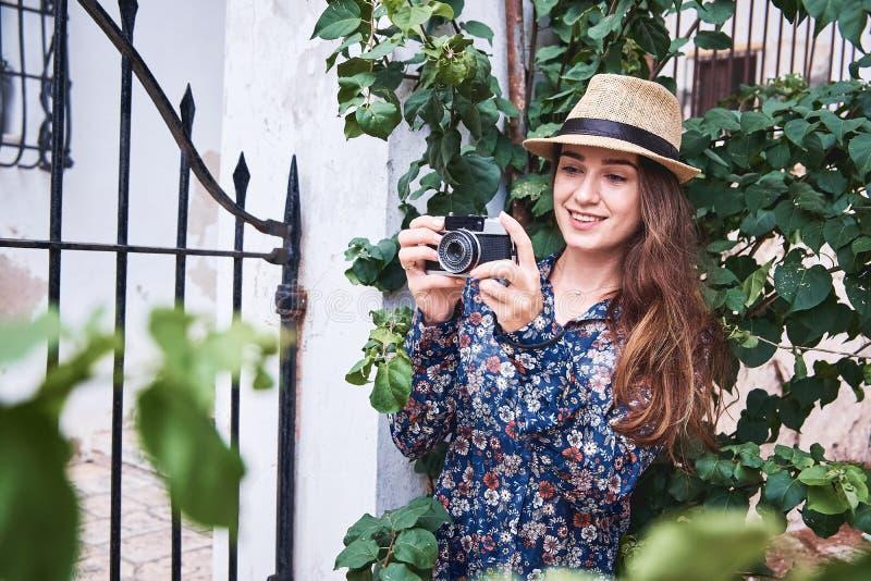 Turista joven hermoso que toma las fotos imágenes de archivo libres de regalías