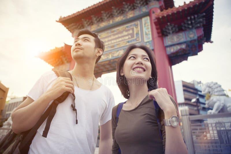 Turista más joven asiático que se coloca en el corazón de la ciudad de China de Bangkok del th fotos de archivo libres de regalías
