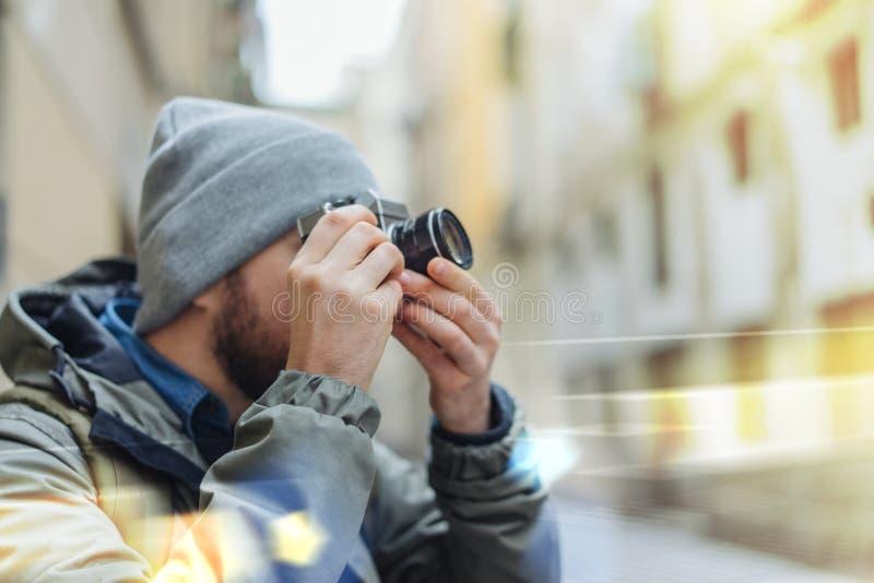 Turista masculino con la cámara retra fotos de archivo