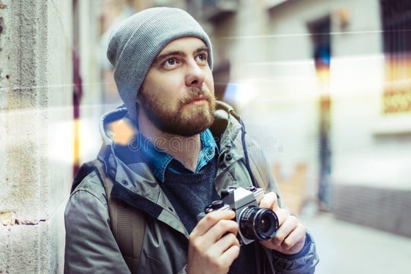 Turista masculino con la c?mara retra fotos de archivo libres de regalías