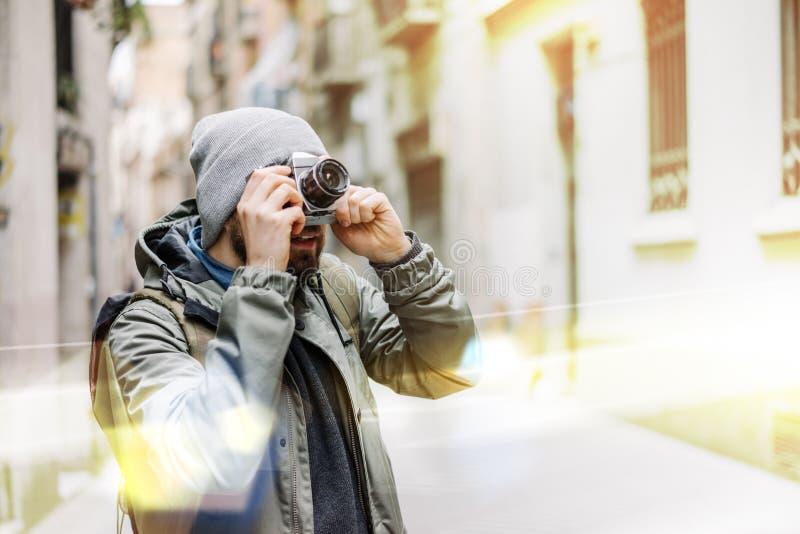 Turista masculino con la c?mara retra imagen de archivo libre de regalías