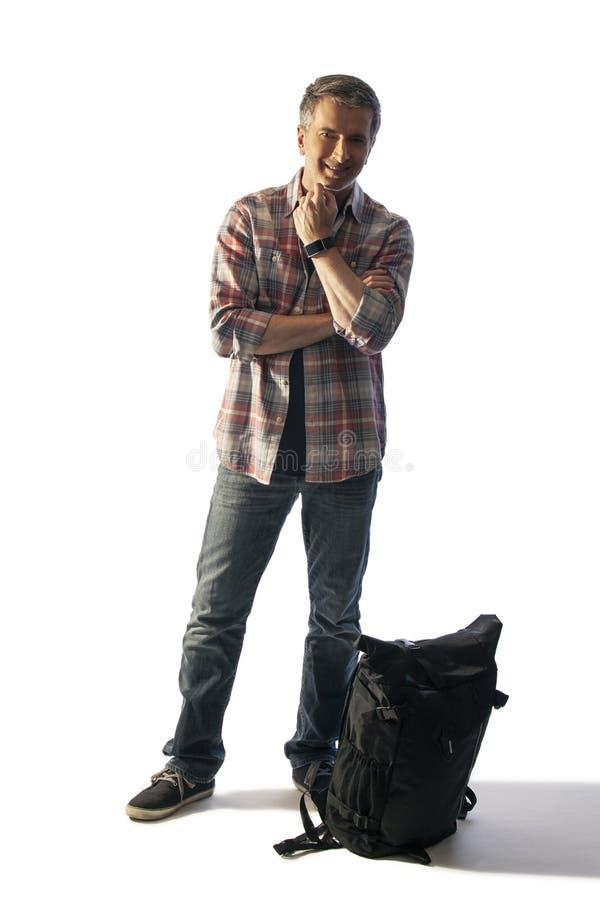 Turista masculino de meia idade que embala um Lit da trouxa pelo por do sol fotografia de stock