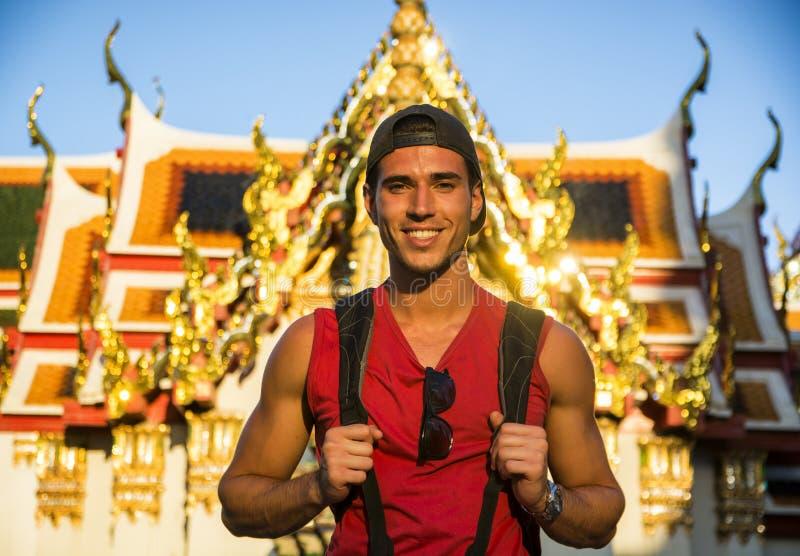 Turista masculino hermoso en el palacio magnífico, Bangkok imagen de archivo