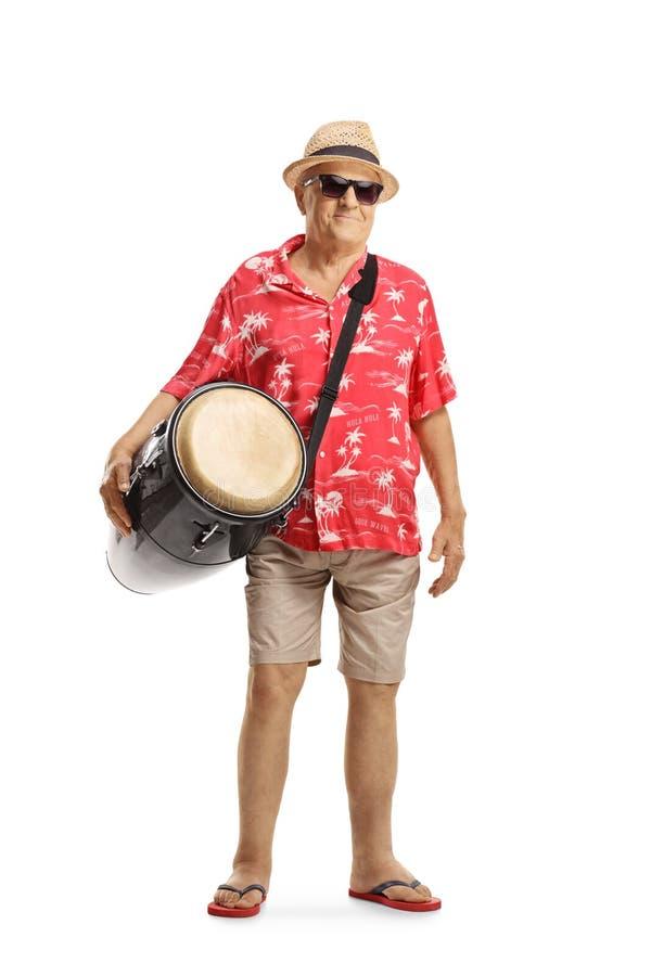 Turista masculino idoso com um cilindro do conga fotografia de stock royalty free