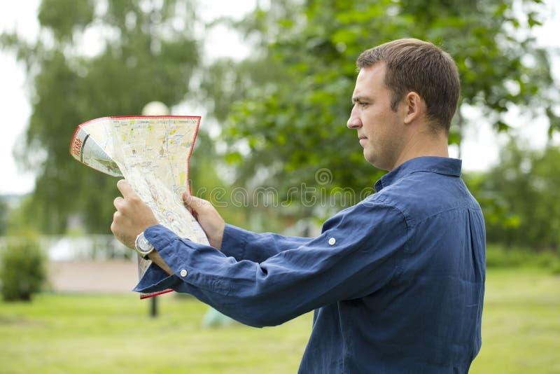 Turista masculino novo perdido e que olha ao redor fotos de stock royalty free