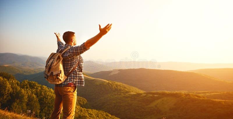 Turista masculino sobre a montanha na névoa no outono imagens de stock