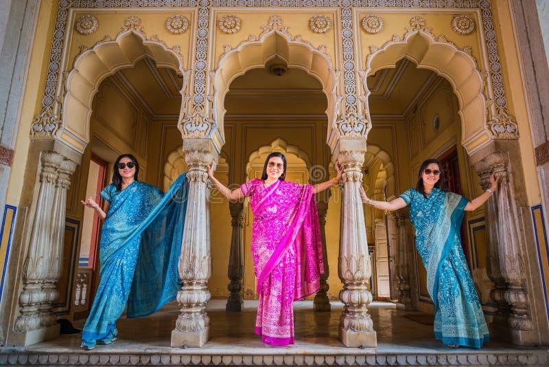 Turista não identificado das mulheres no saree/sari coloridos imagem de stock royalty free