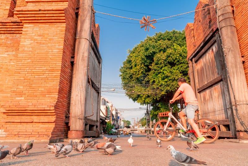Turista na bicicleta alugado na porta de Thapae na cidade de Chiang Mai imagens de stock royalty free