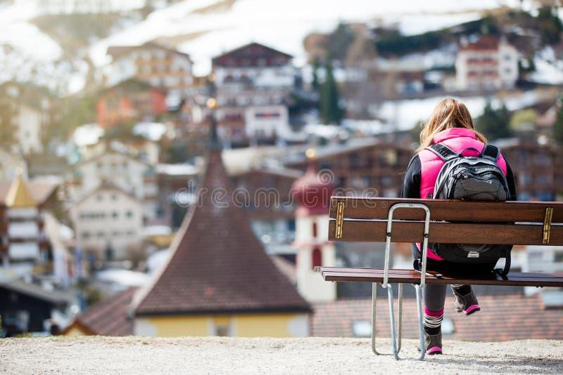 Turista na cidade da montanha imagem de stock royalty free