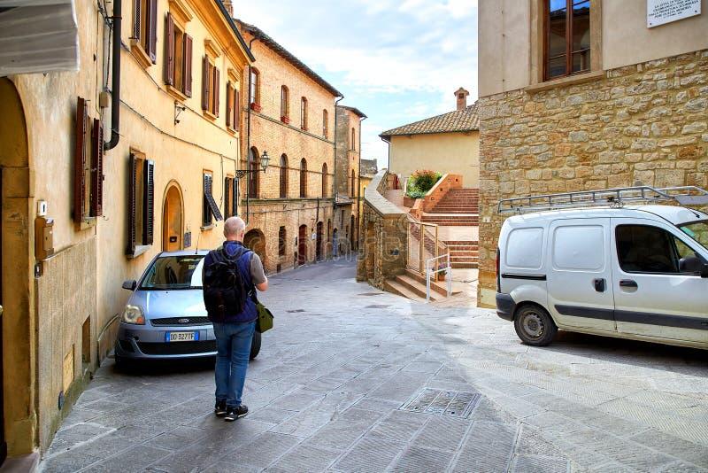 Turista na cidade Volterra, Itália imagem de stock royalty free