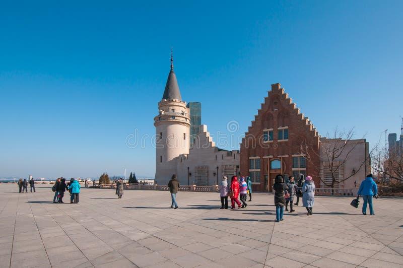 Turista na construção atrativa na baía de Dalian's fotos de stock royalty free