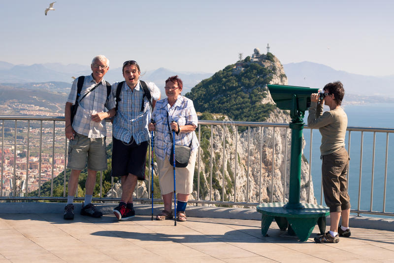 Turista na rocha de Gibraltar foto de stock