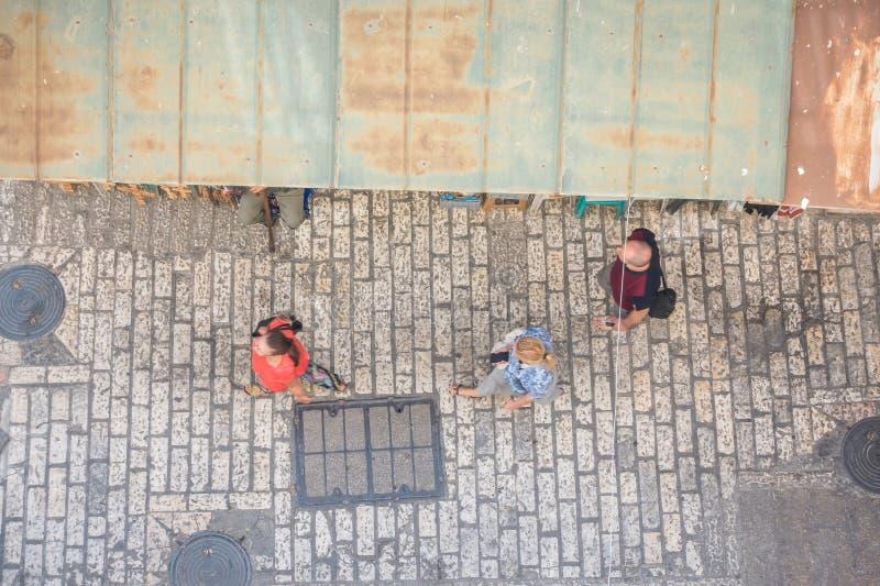 Turista na rua estreita do Jerusalém, Israel fotos de stock royalty free