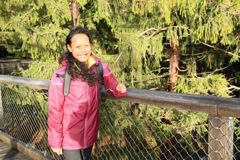 Turista na vigia de Lipno das árvores da fuga imagens de stock royalty free