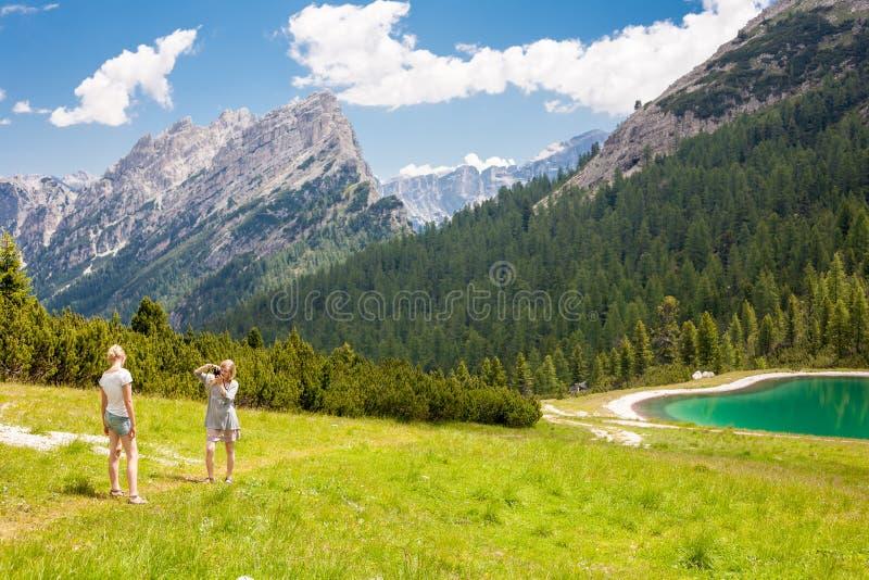 Turista nelle dolomia immagini stock libere da diritti