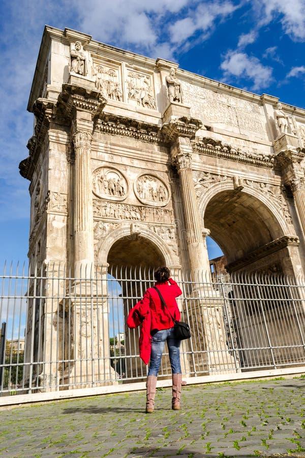 Turista no arco de Constantim em Roma imagem de stock royalty free