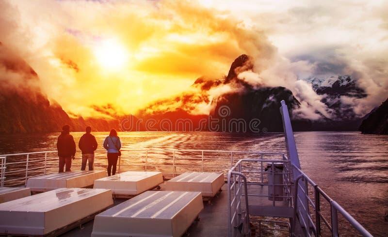 Turista no barco de cruzamento na paridade do nacional do fiordland de Milford Sound imagens de stock royalty free