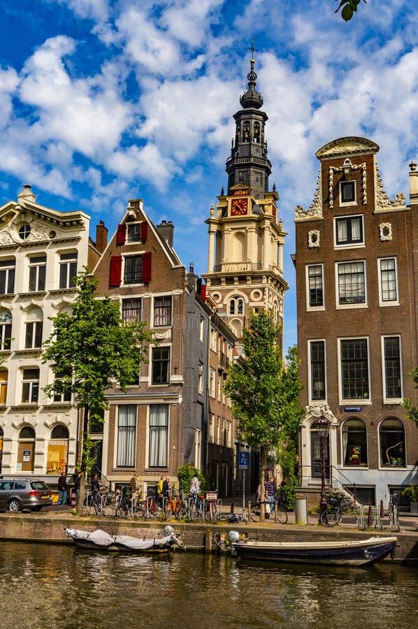 turista no barco em esse dos canais da água em Amsterdão, Países Baixos fotografia de stock royalty free