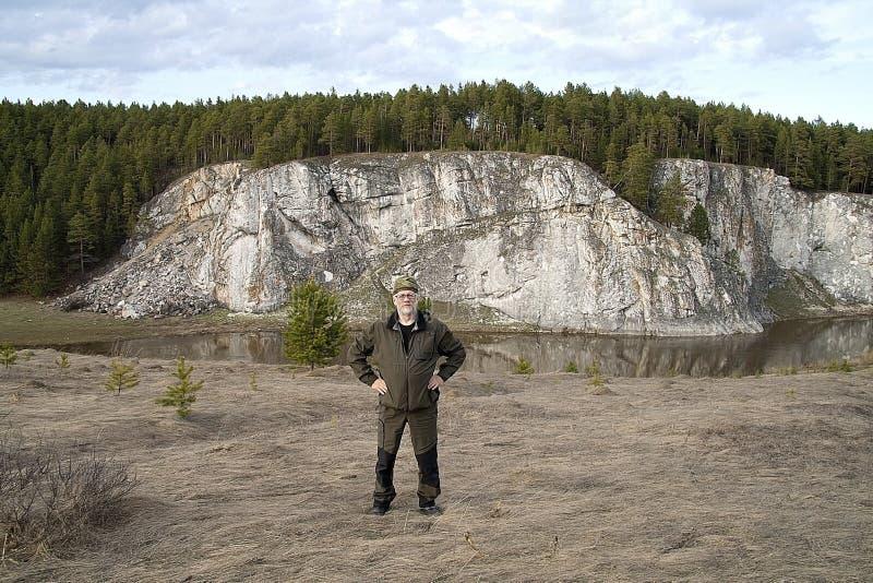Turista no fundo das rochas do rio de Rezh foto de stock