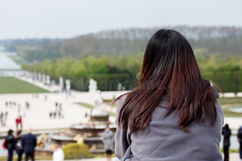 Turista no jardim do palácio de Versalhes, França fotos de stock