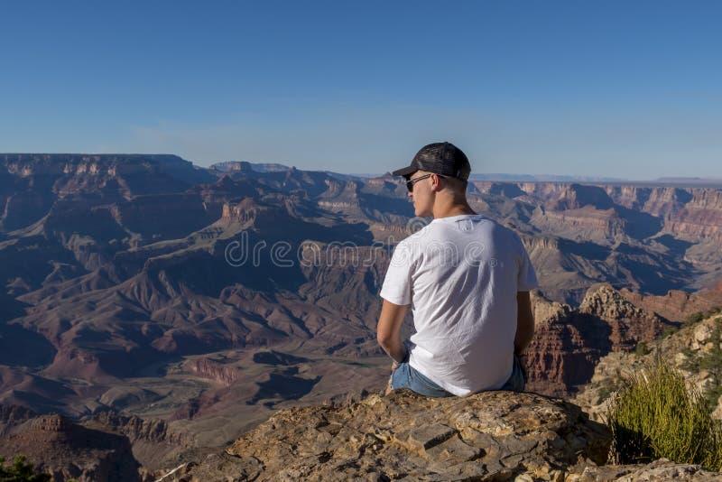 Turista no parque nacional de Grand Canyon, o Arizona imagens de stock royalty free