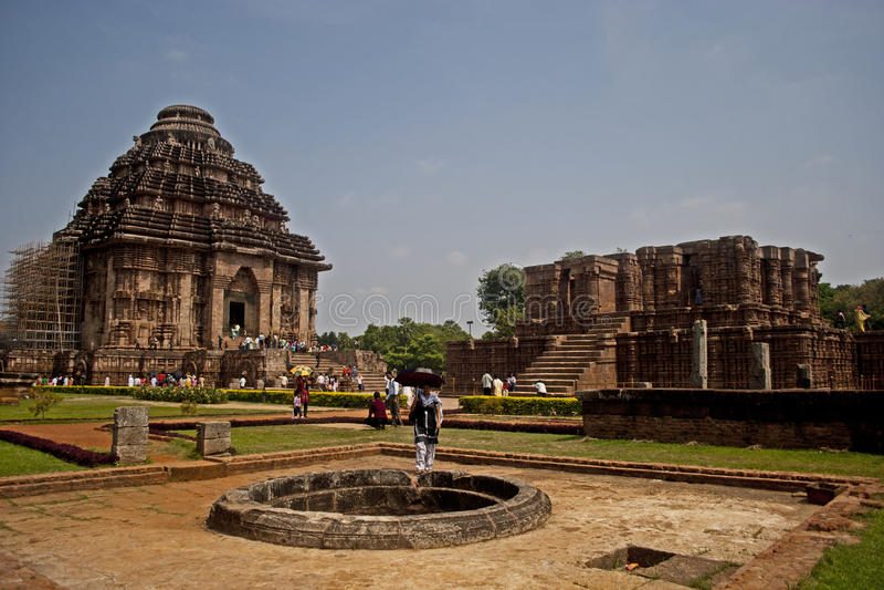 Turista no templo de Sun, Konarak, Índia fotos de stock