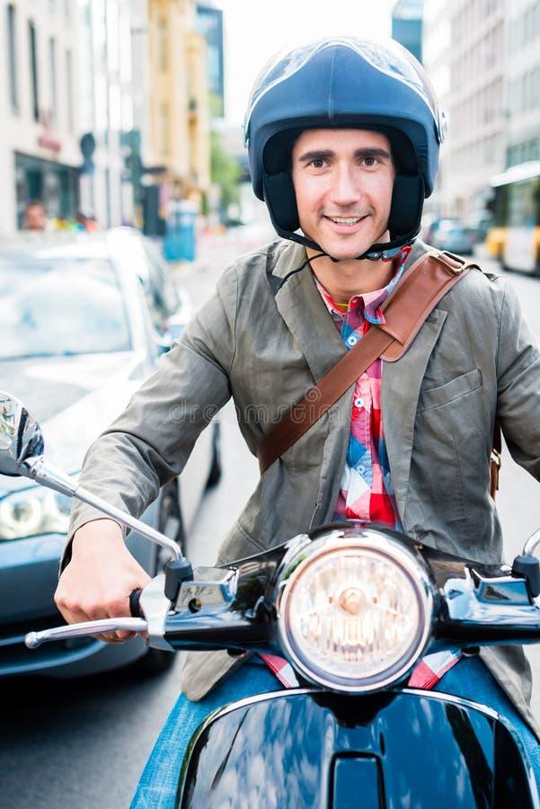 Turista no 'trotinette' da equitação de Berlim fotos de stock
