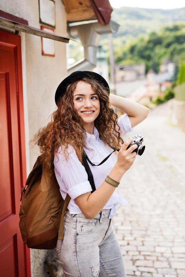 Turista novo bonito com a câmera na cidade velha imagens de stock royalty free