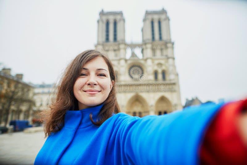 Turista novo bonito em Paris, fazendo o selfie engraçado imagens de stock royalty free