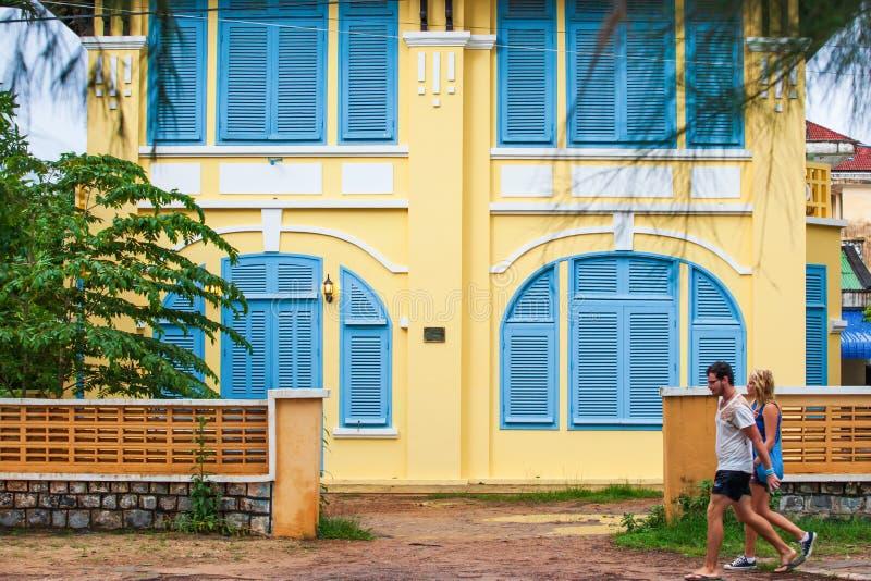 Turista novo dos pares que anda após o de construção colonial francês velho imagens de stock