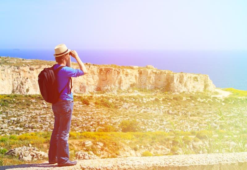 Turista novo que caminha em montanhas cênicos imagens de stock royalty free