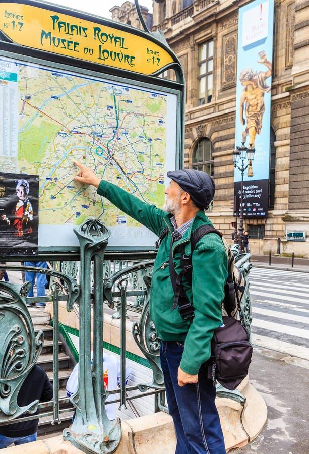 Turista a Parigi, vicino al piano del sottopassaggio fotografie stock libere da diritti