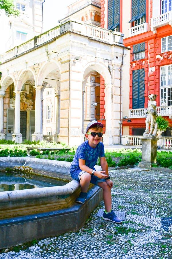 turista pequeno perto de Palazzo Rosso, Genoa, Itália imagens de stock