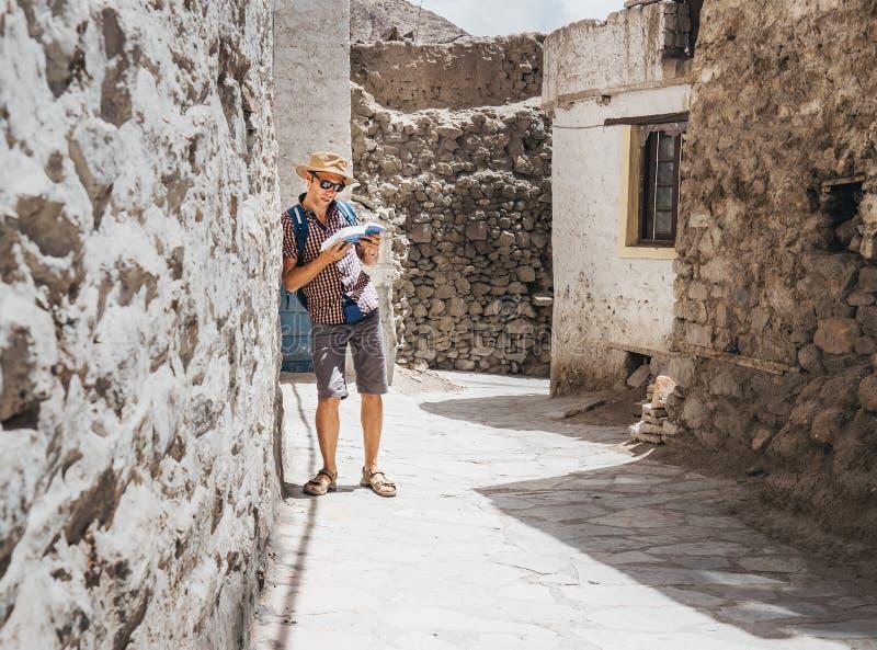 Turista perdido com o guia em rua asiática desconhecida fotografia de stock