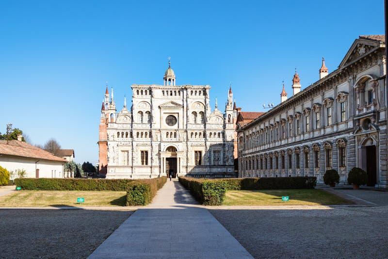 Turista perto da igreja de di Pavia de Certosa imagem de stock