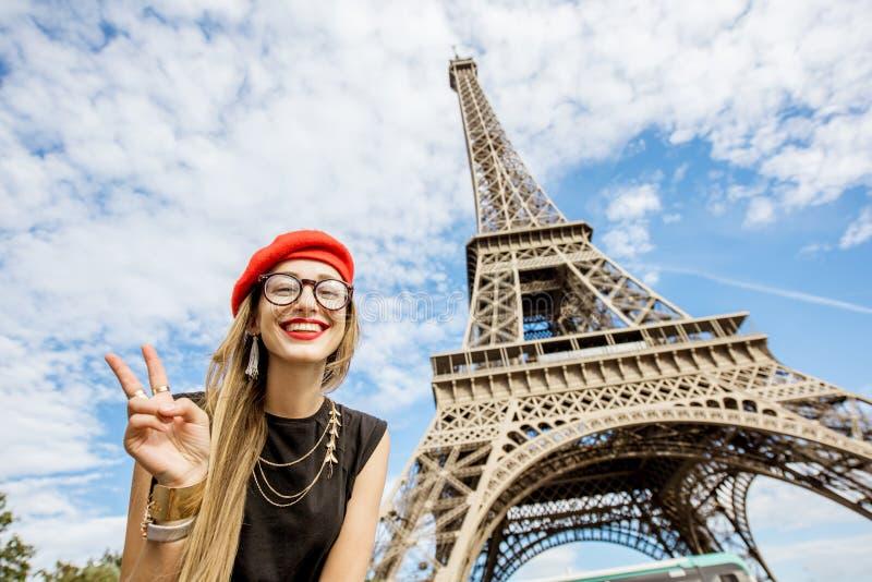 Turista perto da torre Eiffel imagem de stock