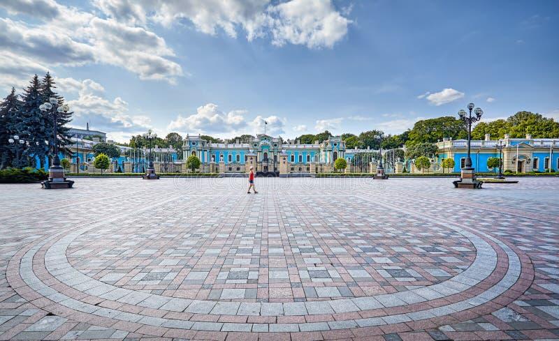 Turista perto do palácio de Mariinsky imagem de stock royalty free