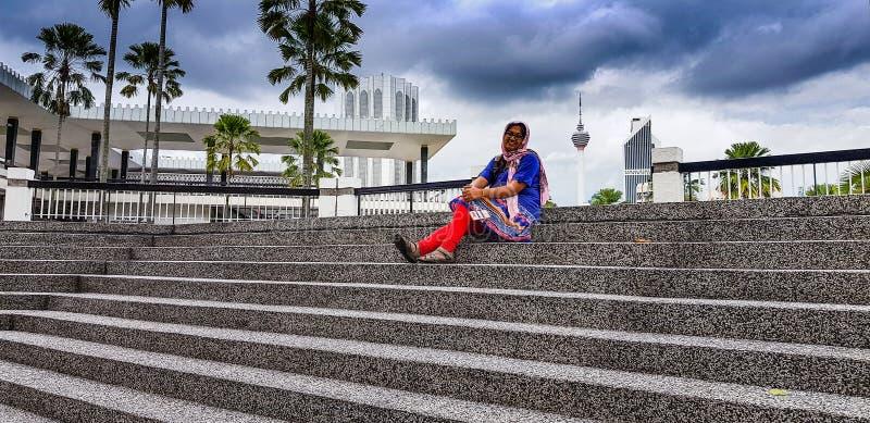 Turista próximo, Islã Wilayah Persekutuan do agamá de Jabatan, panorama da mesquita do kualalmpur, malaysia fotografia de stock royalty free