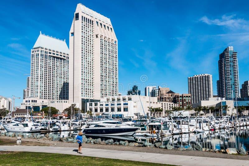 Turista que anda em Embarcadero Marina Park North em San Diego imagem de stock