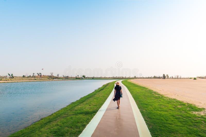 Turista que anda em torno dos lagos love em Dubai foto de stock