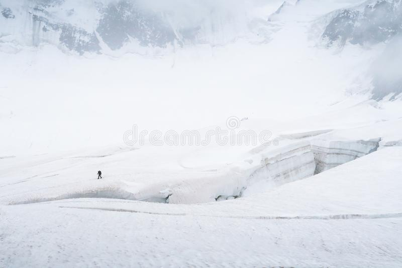Turista que anda na geleira perto da quebra Vista ? geleira de Mensu ?rea de montanha de Belukha Altai, R?ssia imagem de stock