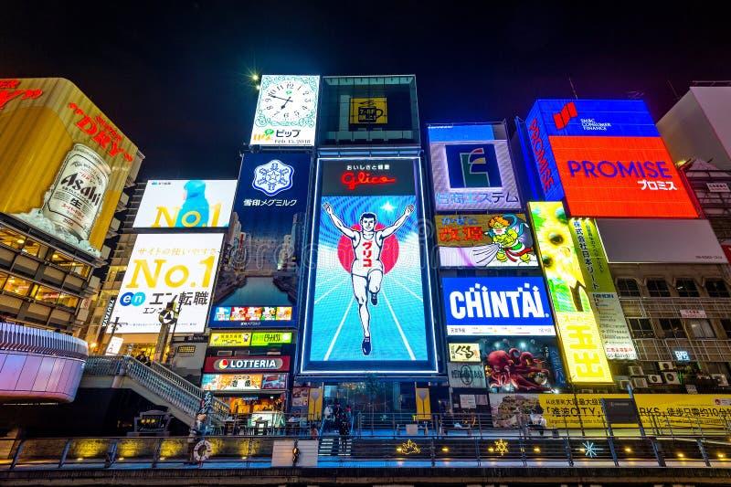 Turista que anda na rua da compra da noite em Dotonbori em Osaka, Japão imagem de stock royalty free