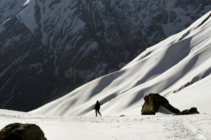 Turista que anda no acampamento base de Annapurna foto de stock